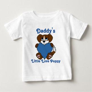 炎及び青いハートのバレンタインデーのブラウン犬 ベビーTシャツ