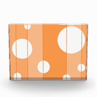 点はオレンジで縞で飾り、 表彰盾