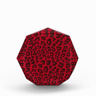 点刻されたクランベリーの赤いヒョウのプリント 表彰盾