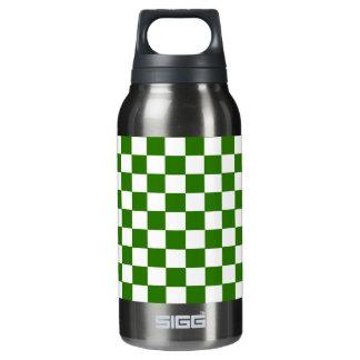 点検される緑および白 断熱ウォーターボトル