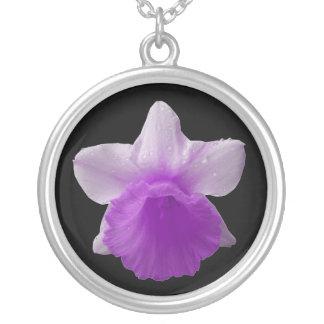 点滴注入のラッパスイセンの紫色のネックレス シルバープレートネックレス