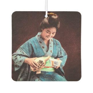 為古い日本のコップで吸収しているヴィンテージの芸者 カーエアーフレッシュナー
