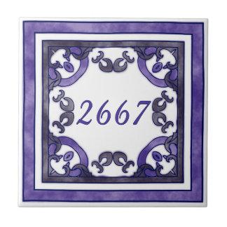 無煙炭および紫色の小さい家数 タイル