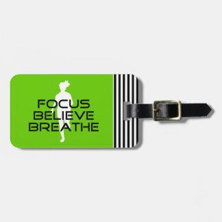 焦点が信じるカラフルなランニングのスポーツは呼吸します ラゲッジタグ