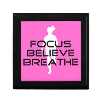 焦点が信じるピンクのランニングのスポーツは呼吸します ギフトボックス