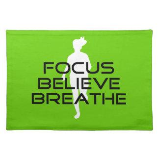 焦点によっては呼吸します緑の連続したスポーツが信じます ランチョンマット
