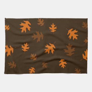 焦茶に対するオレンジ秋のカシの葉 キッチンタオル