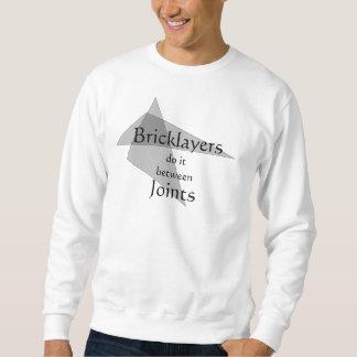 煉瓦工は接合箇所のTシャツの間のそれをします スウェットシャツ