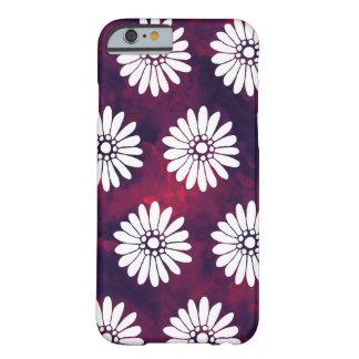 煙のバーガンディ及び紫色の白いデイジー BARELY THERE iPhone 6 ケース