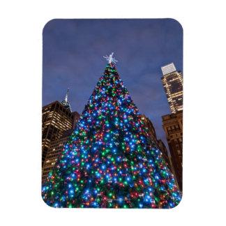 照らされたクリスマスツリーの低い角度眺め マグネット