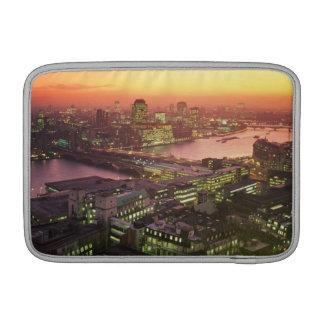照らされた都市景観 MacBook スリーブ