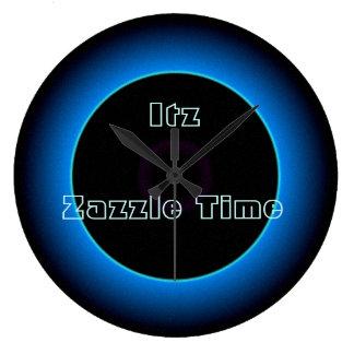 """照らされた""""Itz Zazzle時間""""の文字の>Wallは時間を記録します ラージ壁時計"""