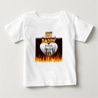 熱いお父さんの火および赤い大理石のハート ベビーTシャツ