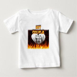 熱いカップルの火および赤い大理石の中心 ベビーTシャツ