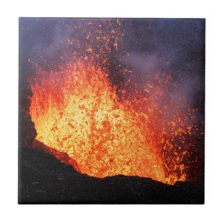 熱い溶岩の噴水は噴火口の火山から噴火します タイル