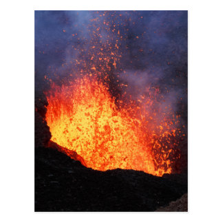 熱い溶岩の噴水は噴火口の火山から噴火します ポストカード