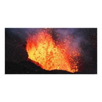 熱い溶岩の噴水は火山噴火口から噴火します カード
