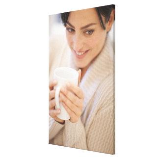 熱い飲み物を飲んでいる女性 キャンバスプリント