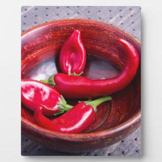 熱く赤いチリペッパーの眺めのクローズアップ フォトプラーク
