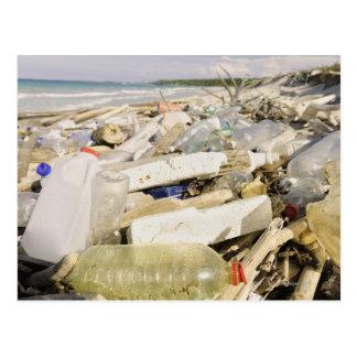 熱帯で投げ出すプラスチックボトルおよび海 ポストカード