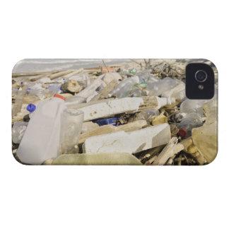 熱帯で投げ出すプラスチックボトルおよび海 Case-Mate iPhone 4 ケース
