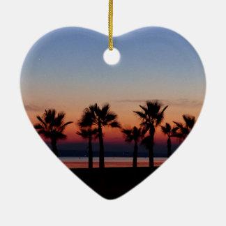 熱帯やし日没の名前入りなハートのオーナメント 陶器製ハート型オーナメント