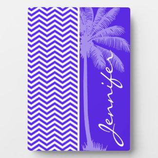熱帯やし; ハン紫色のシェブロンは縞で飾ります フォトプラーク