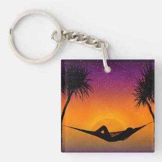 熱帯ハンモックの日没のシルエットのデザイン キーホルダー