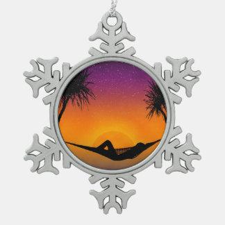 熱帯ハンモックの日没のシルエットのデザイン スノーフレークピューターオーナメント