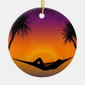 熱帯ハンモックの日没のシルエットのデザイン セラミックオーナメント