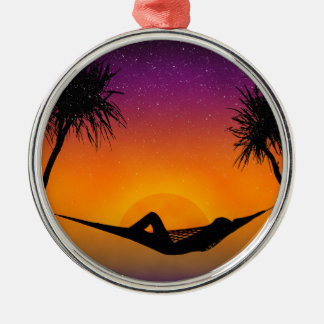 熱帯ハンモックの日没のシルエットのデザイン メタルオーナメント