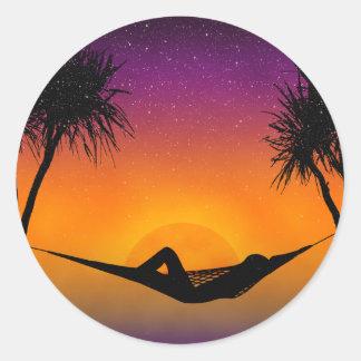熱帯ハンモックの日没のシルエットのデザイン ラウンドシール