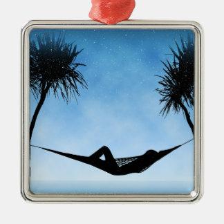 熱帯ハンモックの青空のシルエットのデザイン メタルオーナメント