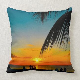熱帯ビーチのやしカラフルなSUNSET~Throwの枕 クッション