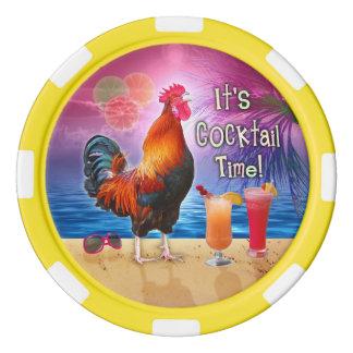 熱帯ビーチの海 のカスタムを飲んでいるおもしろいなオンドリ ポーカーチップ