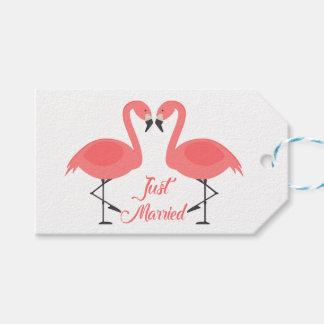 熱帯ピンクのフラミンゴのたった今結婚しましたの結婚式のビーチ ギフトタグ