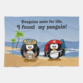 熱帯ペンギンのカップルのフラの海賊島のビーチ キッチンタオル