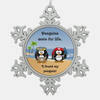熱帯ペンギンのカップルのフラの海賊島のビーチ スノーフレークピューターオーナメント