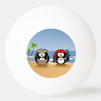 熱帯ペンギンのカップルのフラの海賊島のビーチ 卓球ボール