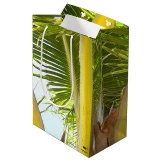 熱帯ヤシの木および青空 ミディアムペーパーバッグ