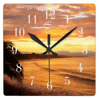 熱帯地方の熱帯ビーチの日の出 スクエア壁時計