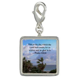 熱帯賛美歌の118:24の海およびヤシの木 チャーム