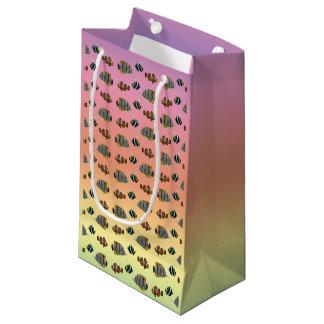 熱帯魚の逆上のギフトバッグ(虹) スモールペーパーバッグ