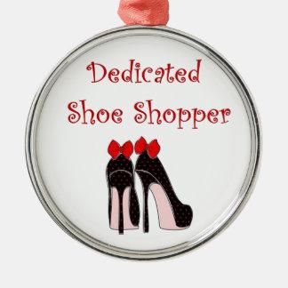 熱心な靴の買物客 シルバーカラー丸型オーナメント