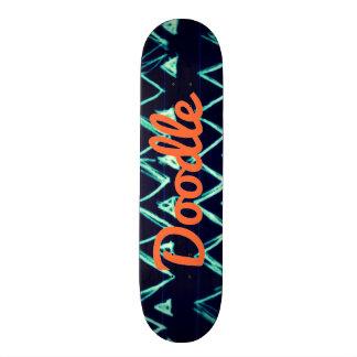 熱狂するな種族の落書きのジグザグ形の三角形パターン スケートボード