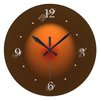 燃やされたオレンジかブラウンによって照らされるデザインの柱時計 ラージ壁時計