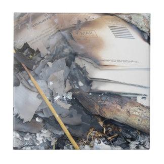燃やされた紙 タイル