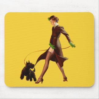 爆弾の悪い女の子のレトロはPin持ち上げます マウスパッド