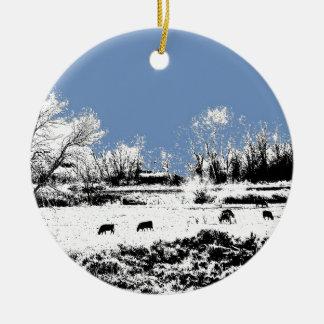 牛および青空が付いている平和な草原 セラミックオーナメント