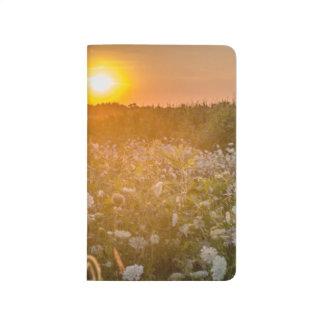 牛ジャーナルが付いている野生の花の日没分野 ポケットジャーナル